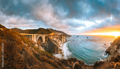 mata magnetyczna Bixby Bridge along Highway 1 at sunset, Big Sur, California, USA