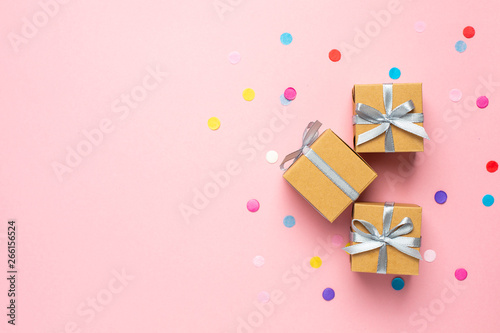 Canvastavla Gift or present box and color confetti on pink table with space for text
