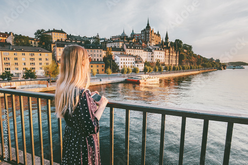 Photo Tourist woman sightseeing Stockholm city enjoying view traveling lifestyle summe