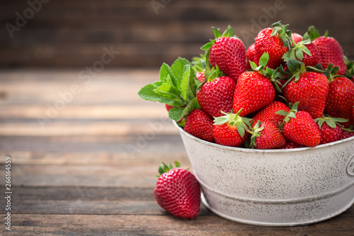 Obraz na plátně Fresh strawberries in the bowl