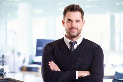 Casual businessman portrait while standing in the office with folded arms Fototapete