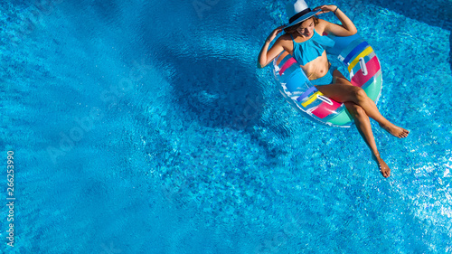 Photo  Beautiful girl in hat in swimming pool aerial top view from above, young woman r