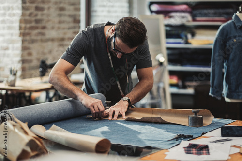 Photo Fashion designer working in his studio