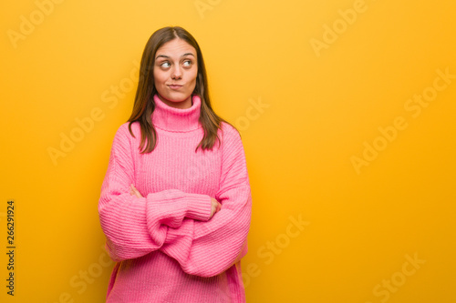 Fotomural  Young modern woman thinking about an idea
