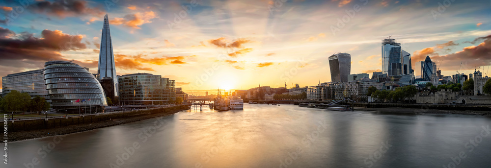 Fototapety, obrazy: Die Skyline von London bei Sonnenuntergang: die City an der Themse bis zur London Bridge