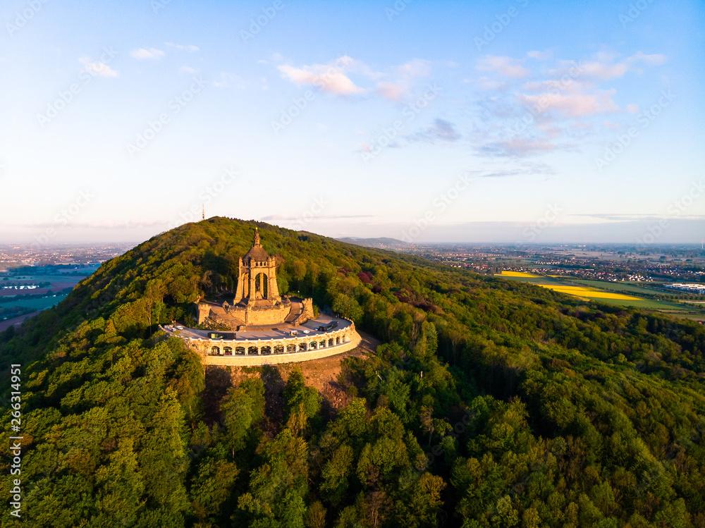 Fototapety, obrazy: Kaiser Wilhelm Denkmal in Porta Westfalica, Luftaufnahme im Sommer, Deutschland