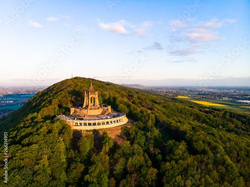 Foto  Kaiser Wilhelm Denkmal in Porta Westfalica, Luftaufnahme im Sommer, Deutschland