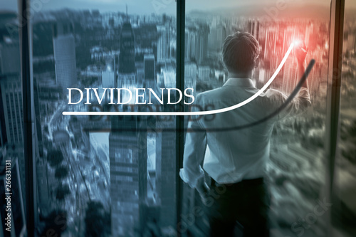 Fotografía  Business man drawing dividends on the virtual screen