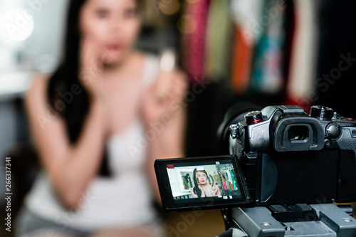 Valokuvatapetti model introduce cosmetic product backstage