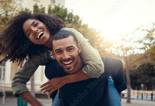 Fotografia  Man giving his girlfriend piggyback ride