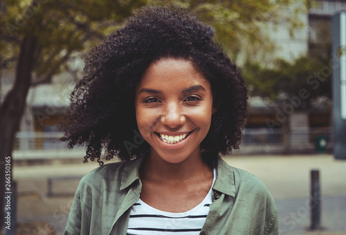 Foto  Portrait of a smiling afro american young woman