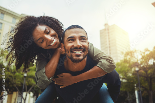 Photo Cheerful couple enjoying themselves in the city