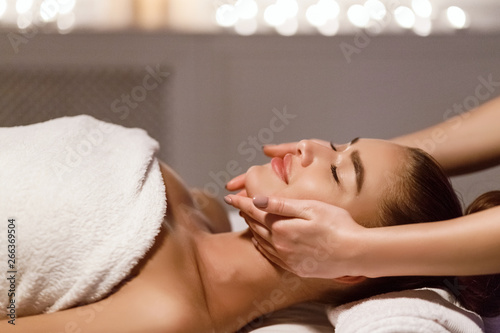 Poster de jardin Individuel Face Massage. Therapist Massaging Woman's Neck And Chin
