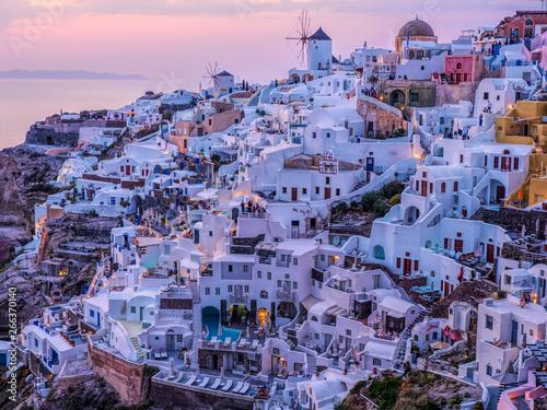 Türaufkleber Santorini Die Häuser am Meer von Santorini am Abend