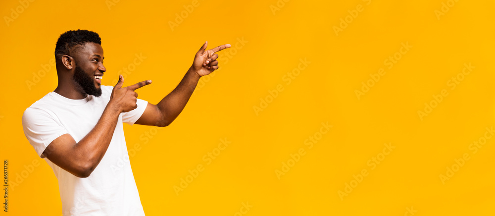 Fototapety, obrazy: Positive african american guy pointing aside at free space