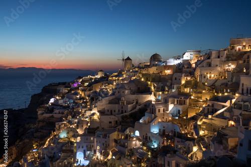 Poster Pleine lune Beautiful sunset over Oia, Santorini