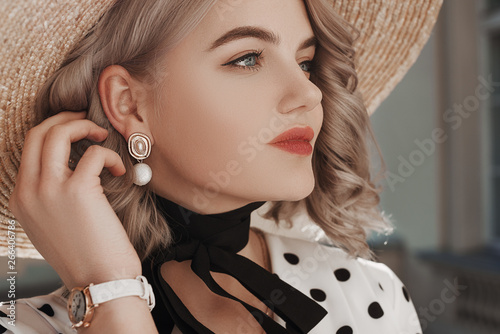 Obraz na płótnie Outdoor close up fashion portrait of young beautiful lady wearing  trendy pearl