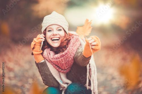 Valokuva  junge frau mit roten haaren im herbst landschaft