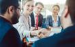 Leinwandbild Motiv Team von Geschäftsleuten verhandelt einen Vertrag und einigt sich