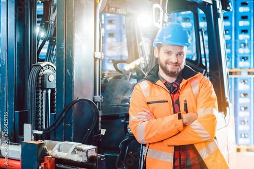 Valokuva Arbeiter im Logistik Zentrallager mit seinem Gabelstapler