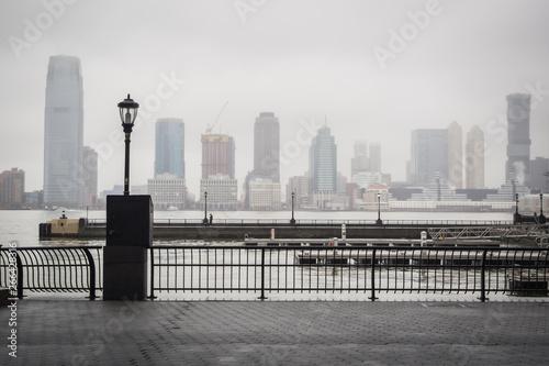 Hudson river docks under the rain overlooking the skyline from the heart of Wall Fototapet