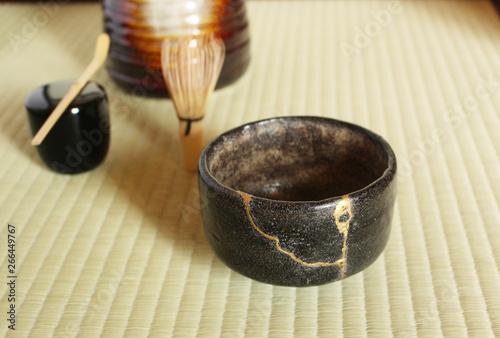 Fotografía A repair of crack pottery tea cup  at Japanese tea room
