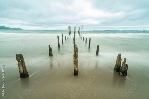 Photo Like a highway to hell an old pier inside the lake waters under a dramatic overcast sky and high winds