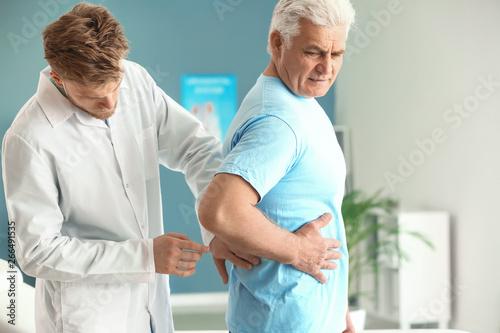 Fotografía  Urologist examining male patient in clinic