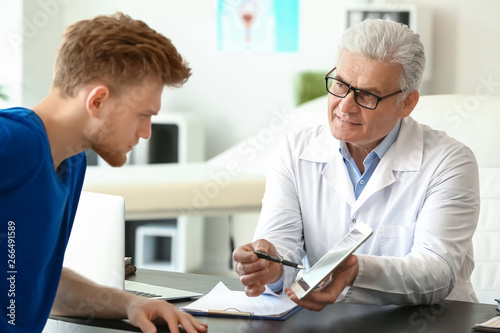 Fotomural  Male patient at urologist's office
