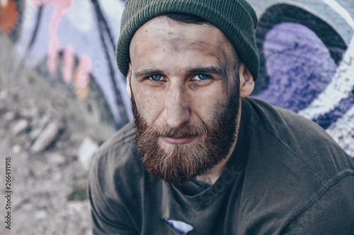 Fotografia Poor homeless man outdoors