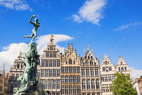 Foto op Plexiglas Antwerpen Brabo monument at the Grote markt square in Antwerp, Belgium. Beautiful old town of Antwerpen. Popular travel destination and tourist attraction