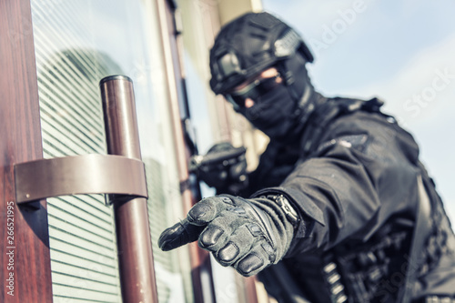 Fényképezés  Police SWAT armed fighter ready to break in room