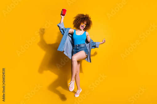 Fotografía Full length body size photo funny funky she her lady wavy styling curls sing son