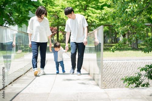 Fotografía 手を繋いで歩く家族