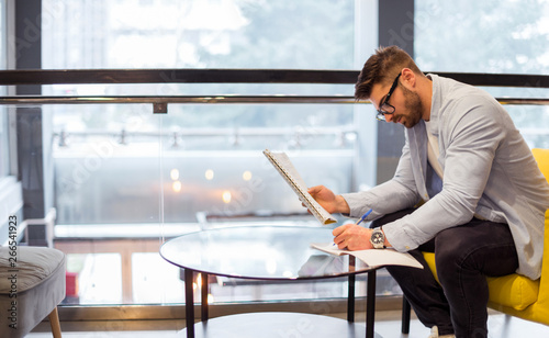 Fotografia  Male student in library, learning for exam