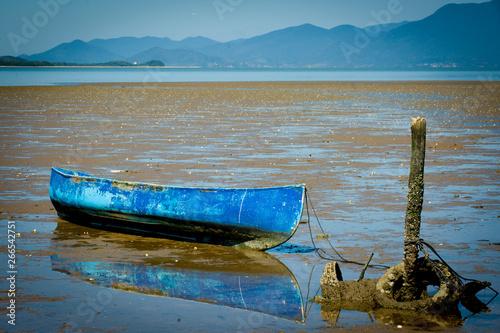 Photo  Canoa azul na maré baixa