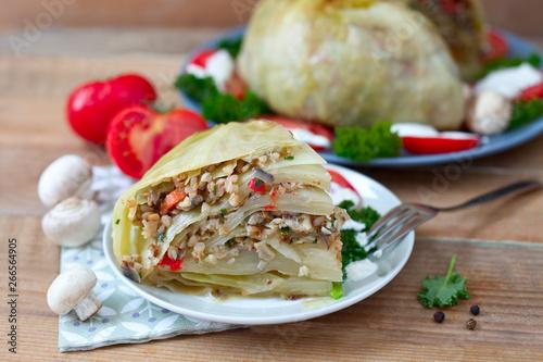 Fototapeta Gefüllter Weißkohl mit Gemüse und Grütze obraz