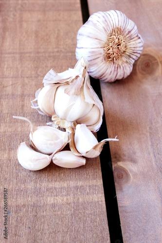 Photo Ajos sobre superficie de madera