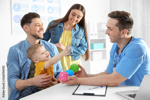 Stampa su Tela  Family with child visiting doctor in hospital
