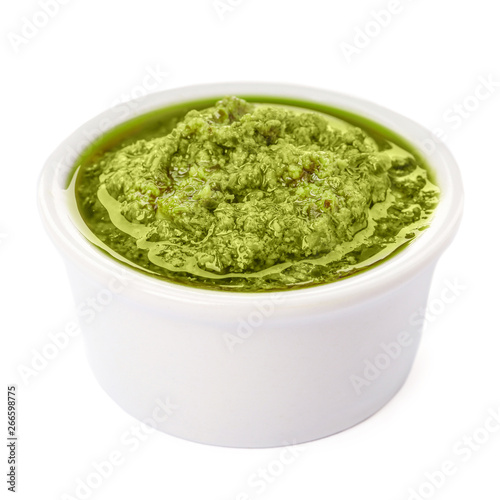 Fotografia Bowl of tasty pesto sauce isolated on white