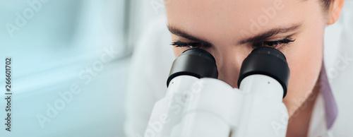 Fotografía  Scientist using microscope in lab, close-up