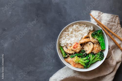 Photo  Teriyaki chicken, broccoli and mushrooms stir fry