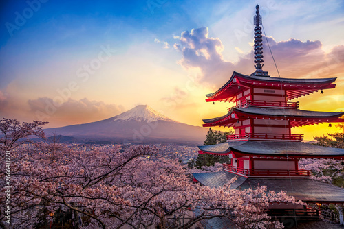Crédence de cuisine en verre imprimé Tokyo Fujiyoshida, Japan Beautiful view of mountain Fuji and Chureito pagoda at sunset, japan in the spring with cherry blossoms