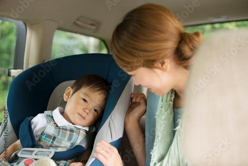 Fotografie, Obraz  チャイルドシートに乗る子供と会話をする母親
