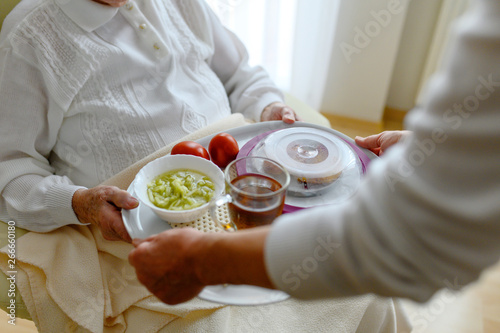 Obraz Rentnerin bekommt Essen gebracht - fototapety do salonu