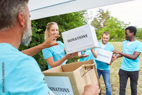 Fototapeta  Freiwillige im Ehrenamt sammeln Spenden für Verein