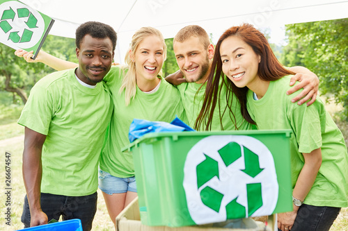 Poster Personal Junges Team Freiwilliger beim Müll sammeln