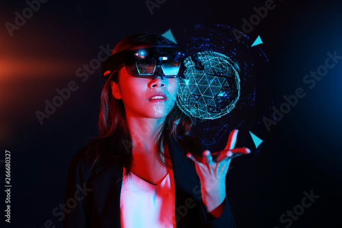 Photo Business woman try vr glasses hololens in the dark room