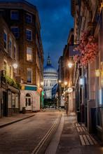 Blick Durch Eine Kleine, Beleuchtete Straße In London Auf Die St. Pauls Kathedrale Am Abend