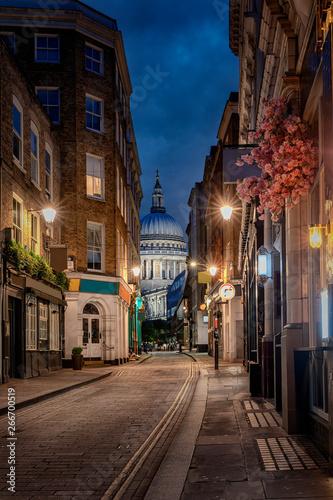 Blick durch eine kleine, beleuchtete Straße in London auf die St Wallpaper Mural
